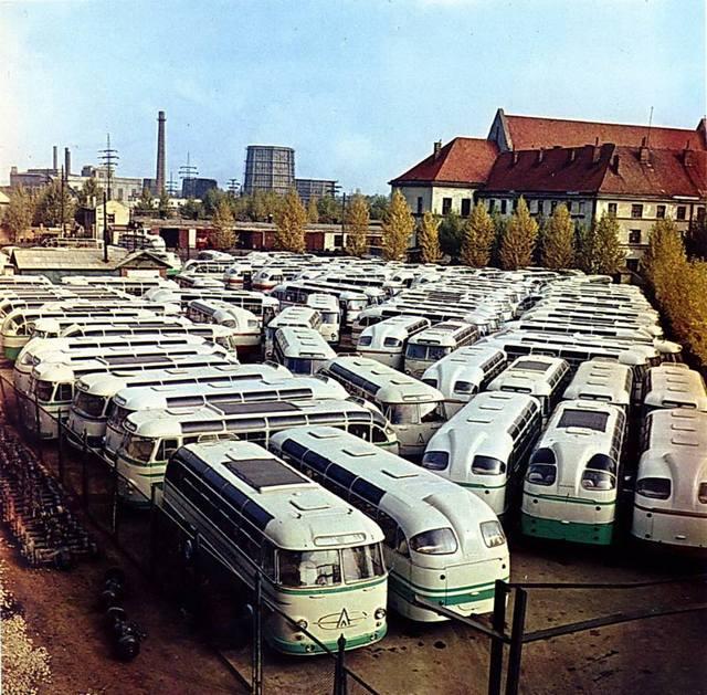 1960_a_szovjet_laz_buszgyar_kesztermektelepe_azt_a_piros_csikosat_kernenk_ott_beljebb.jpeg