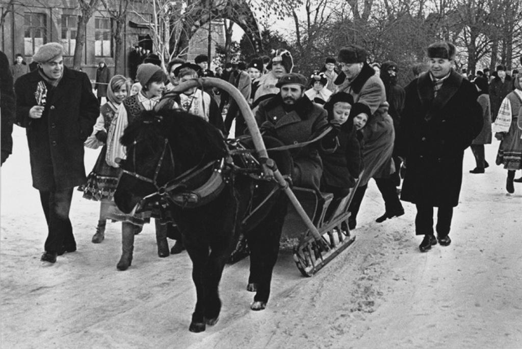 1964_januar_fidel_castro_egy_szanon_moszkvai_gyerekekkel.jpeg