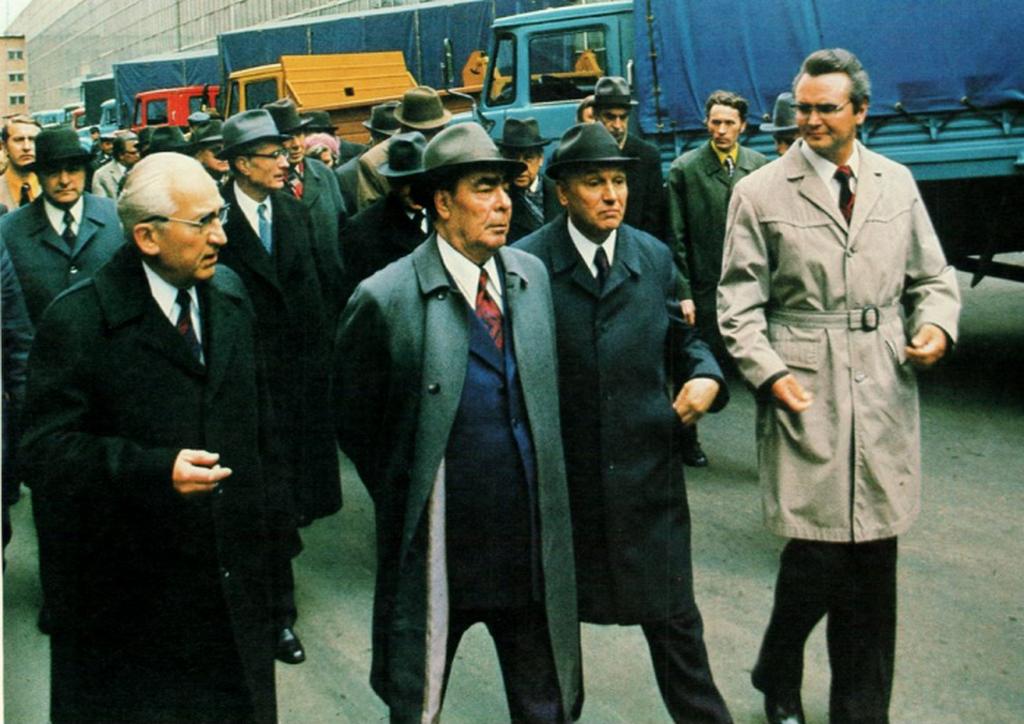 1976_leonyid_brezsnyev_fotitkar_gyarlatogatason_a_zil-nel_mogotte_nekem_ujszeru_fulkeju_teherautokkal.png