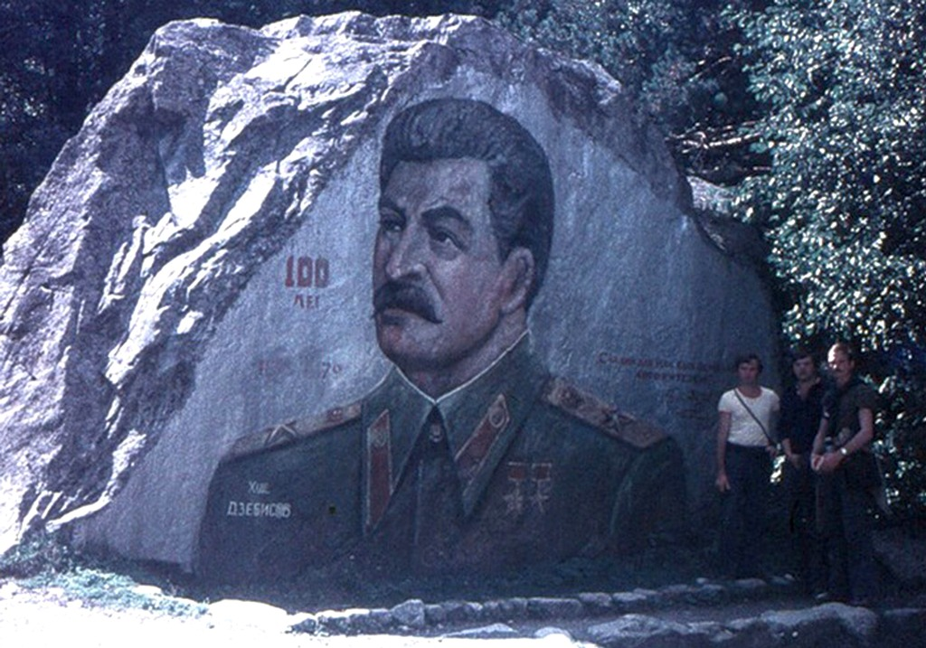 1978_sztalin_portre_egy_sziklan_az_eszak-oszet_ut_menten_cejben.jpg