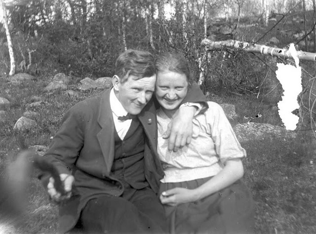 1934_a_sved_helmer_es_naemi_larsson_a_vilag_elso_szelfibotjaval.jpg
