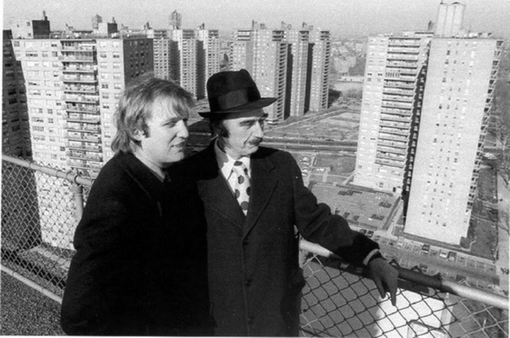 1970_fred_es_fia_donald_trump_ingatlanfejlesztok_new_yorkban_a_szereny_igenyeknek_megfelelo_altaluk_epitett_lakotelepet_szemlelik.jpeg