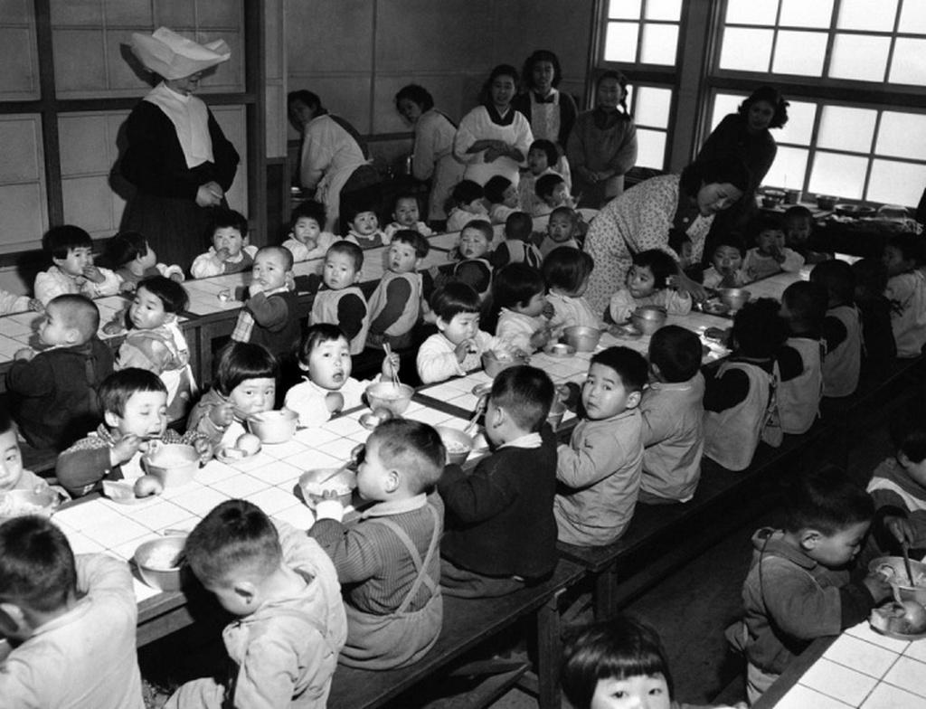 1951_az_amerikai_27-ik_gyalogezred_altal_finanszirozott_japan_oszakai_arvahaz_gyerekei_ebedelnek.jpeg