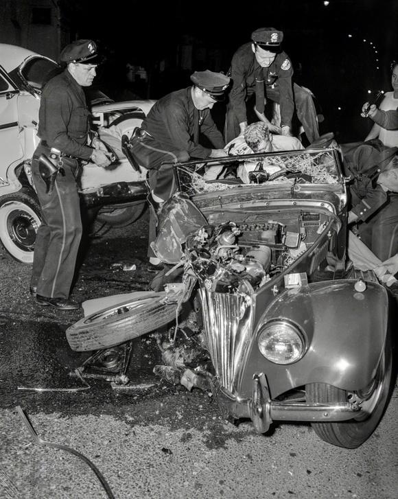 1956_balesetben_elhunyt_sofort_emelnek_ki_a_rendorok_jarmuvebol_oaklandban_kalifornia_usa.jpeg