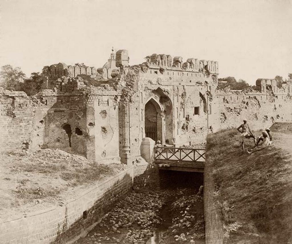 1858_az_indiai_ostromlott_delhi_kasmir-kapuja_a_britek_altal_levert_felkeles_utan.jpg