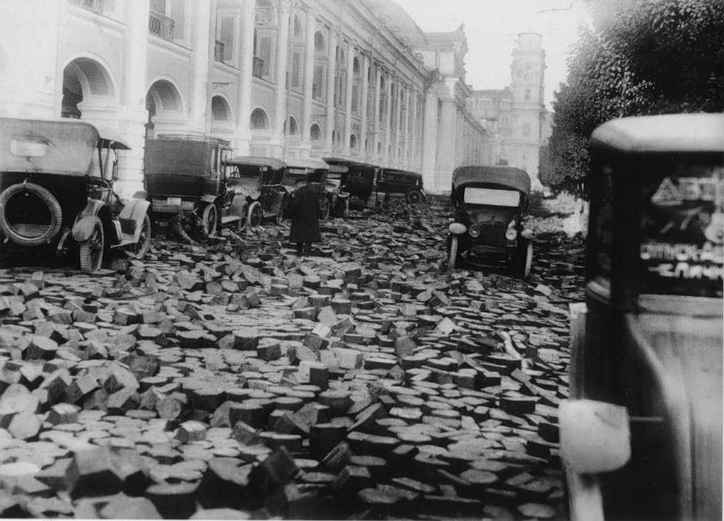 1924_a_leningradi_arviz_pusztitasa_az_utcakoveken_a_nyevszkij_sugaruton.jpeg