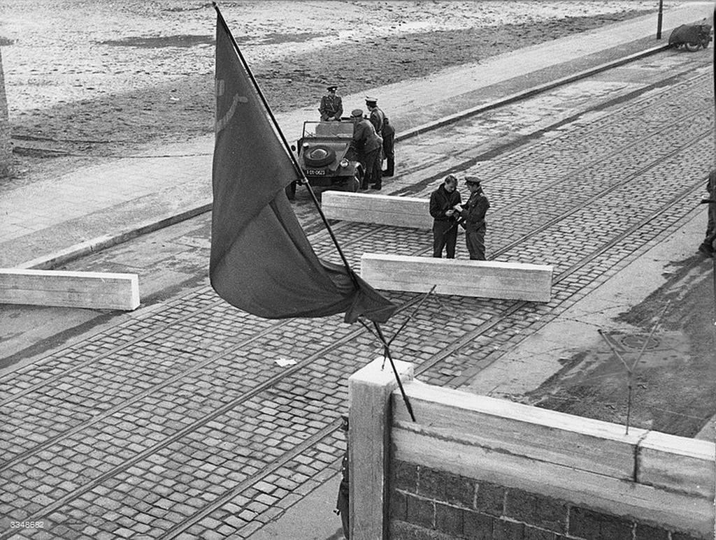1962_keletnemet_hatarorok_egy_a_naci_nemetorszagban_gyartott_volkswagen_typ_82_mas_neven_kubelwagennel.jpg