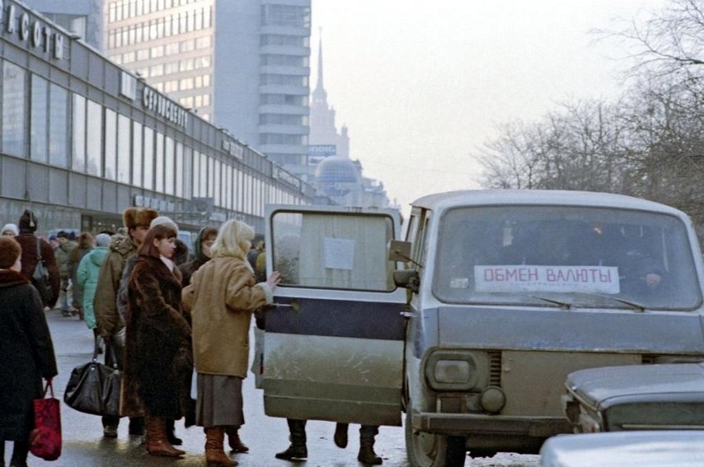 1991_gordulo_penzvaltot_kalinyin_sugarut_jelenleg_az_uj_arbat_utca_1993_moszkva.png