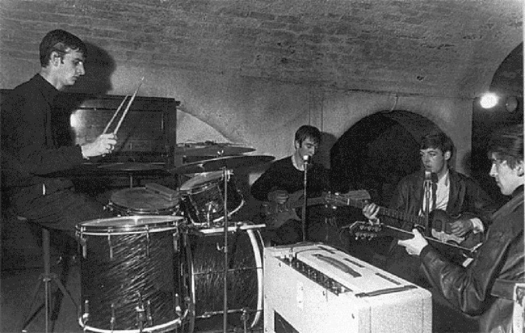 1962_augusztus_ringo_starr_elso_alkalommal_dobol_a_the_beatlesben_a_londoni_the_cavern_klubban.jpeg