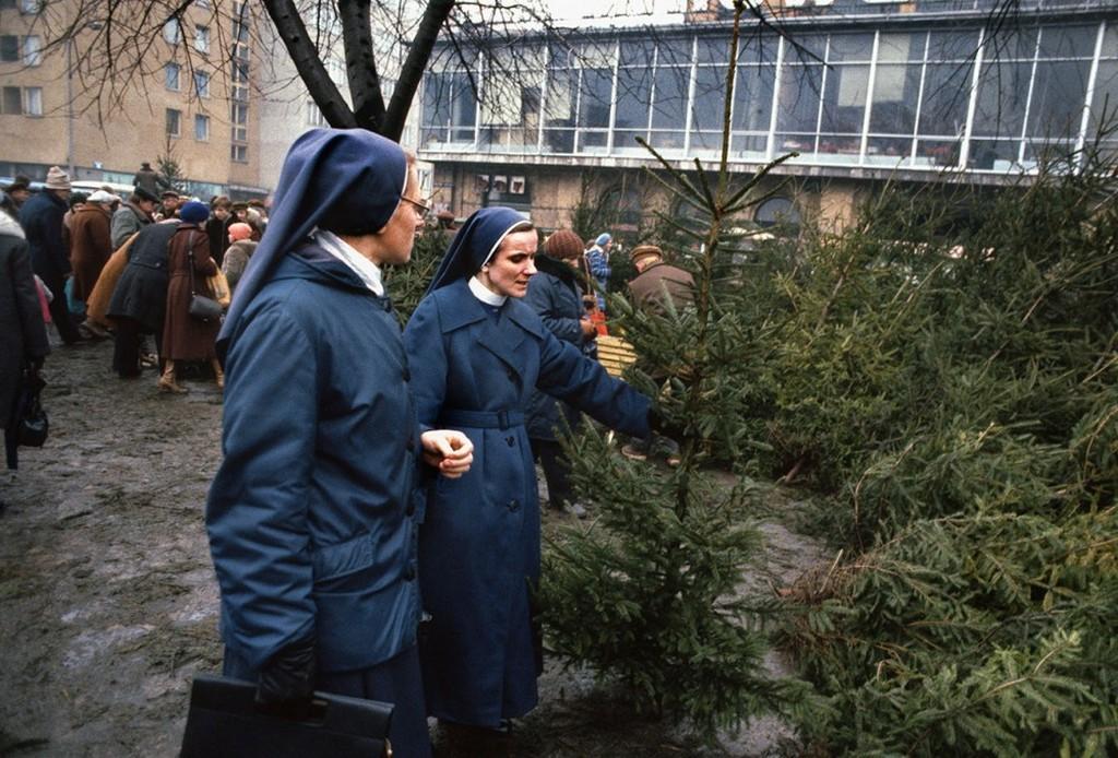 1981_katolikus_apacak_valasztani_a_karacsonyfa_karacsonyfa_piacon_1981_varso.jpeg