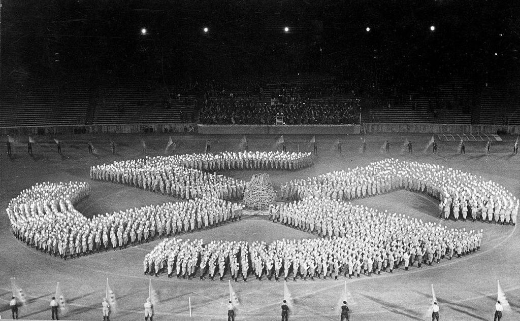 1933_hitlerjugend-parade_elokeszuletei_egy_oriasi_horogkereszttel.jpg