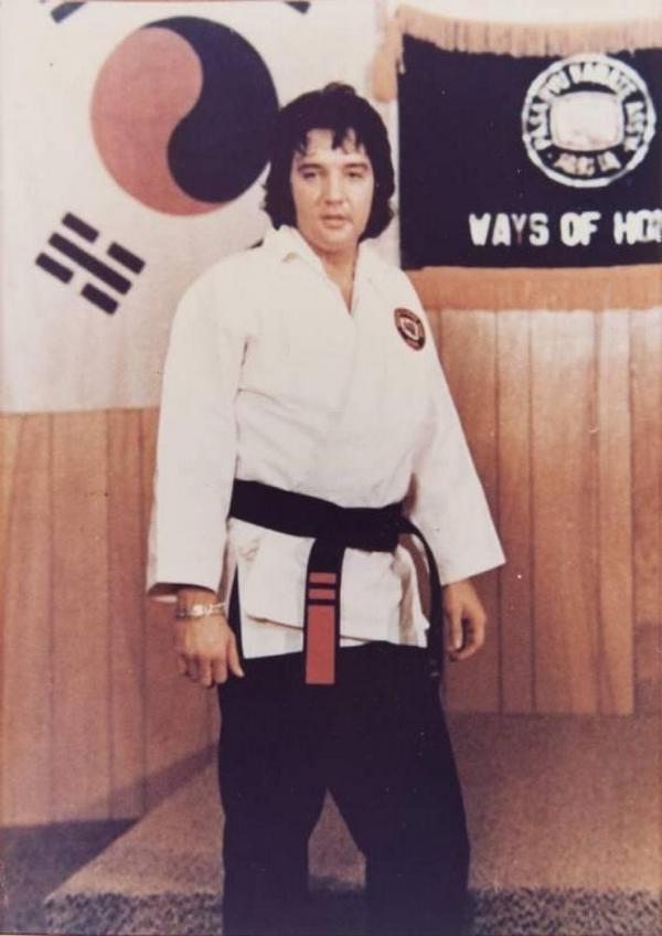 1973_a_fekete_ov_elvis_presley_julius_23_1973_memphis_23_evesen_kezdte_a_karatet.jpeg