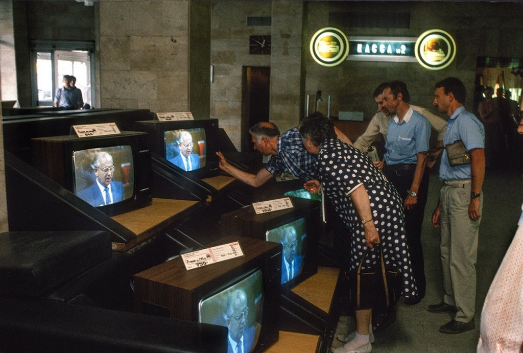 1988_elado_a_szines_televiziok_a_boltban_a_haztartasi_gepek_1988_moszkva.jpeg