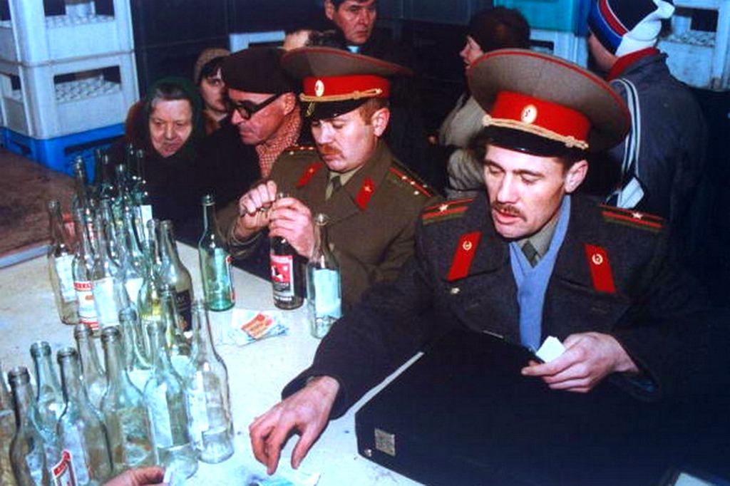 1991_egy_ornagy_es_egy_szazados_a_vodkapultnal_ebben_az_idoszakban_csak_ures_uvegek_elleneben_adtak_ki_a_megvasarolt_italt.jpeg