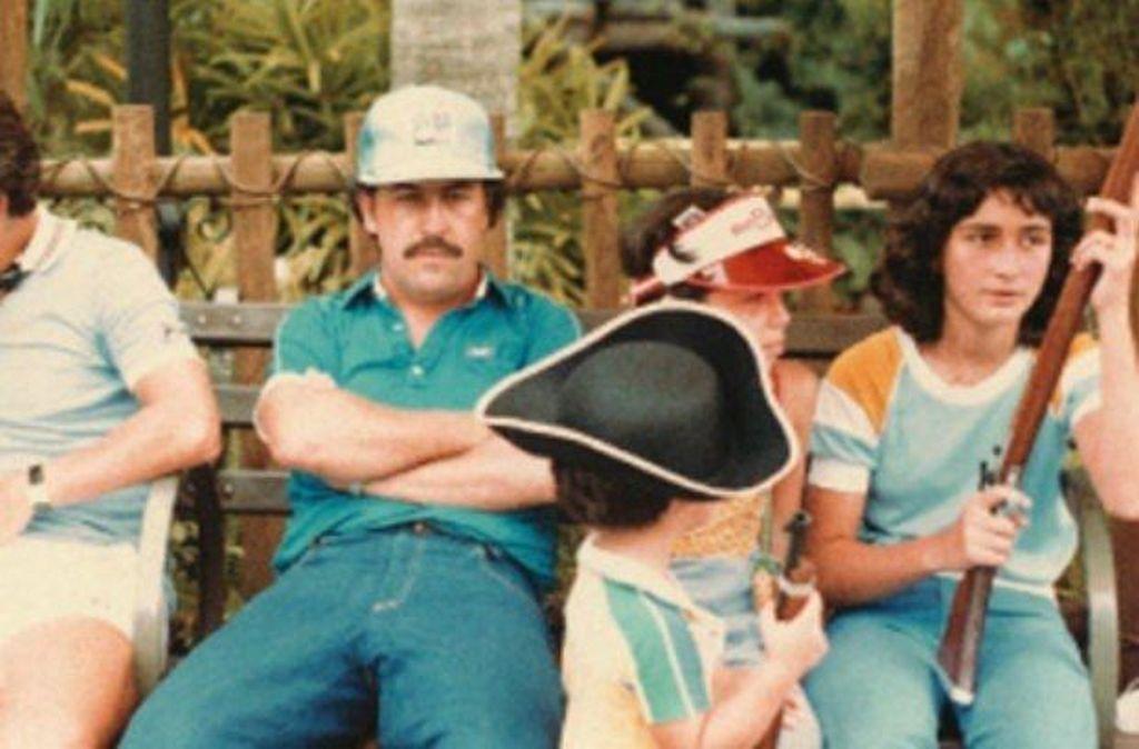 1981_pablo_escobar_kolumbiai_drogbaro_csaladjaval_disneyland-ben.jpg
