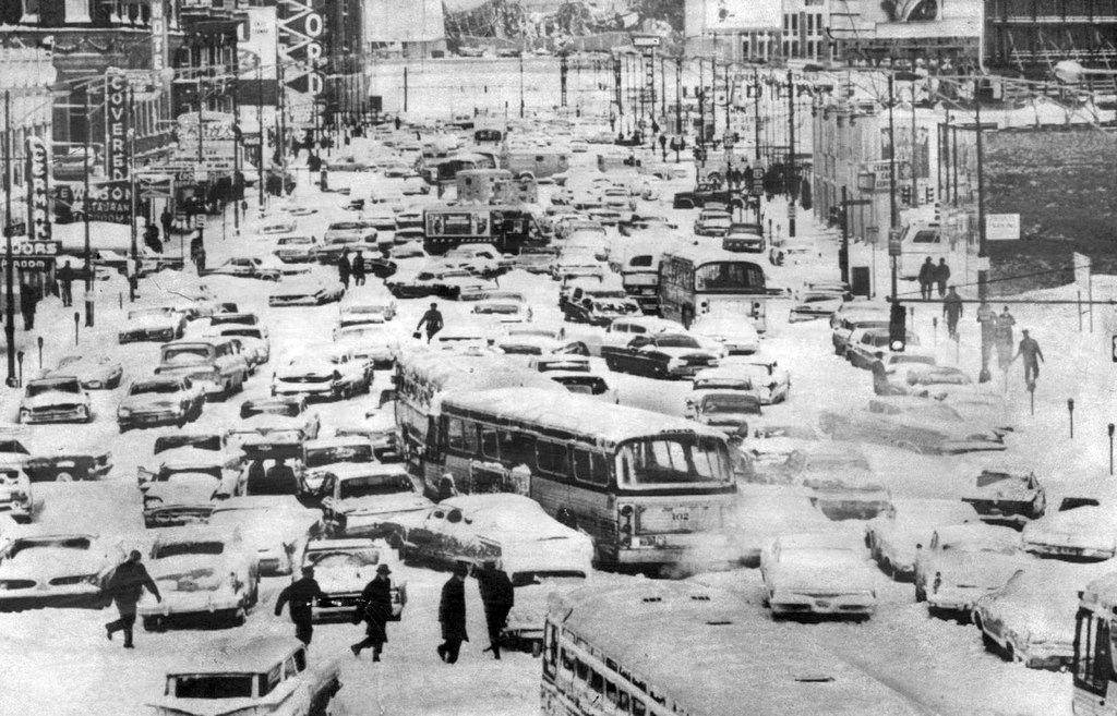1967_a_nagy_chicagoi_hofuvas_masnapjan_autojukat_keresgelo_emberek.jpg