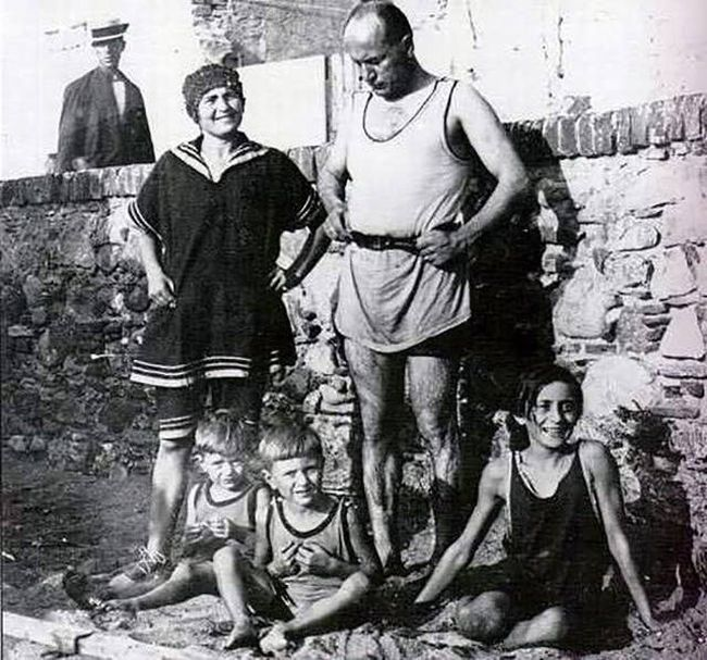 1941_benito_mussolini_with_his_wife_rachele_and_3_of_his_5_children.jpg