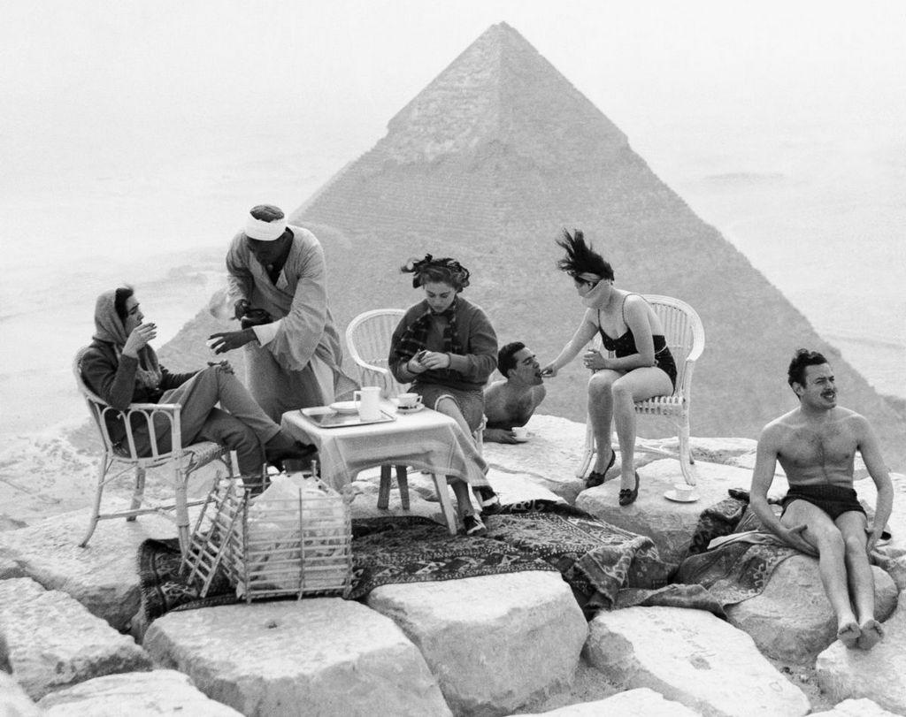 1938_piknik_a_tetejen_a_piramis_kheopsz_1938_egyiptom.jpeg