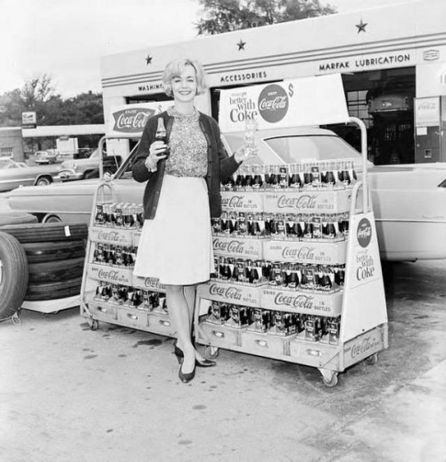 1965_coca-cola_promocio_egy_videki_vasaron_usa.jpg