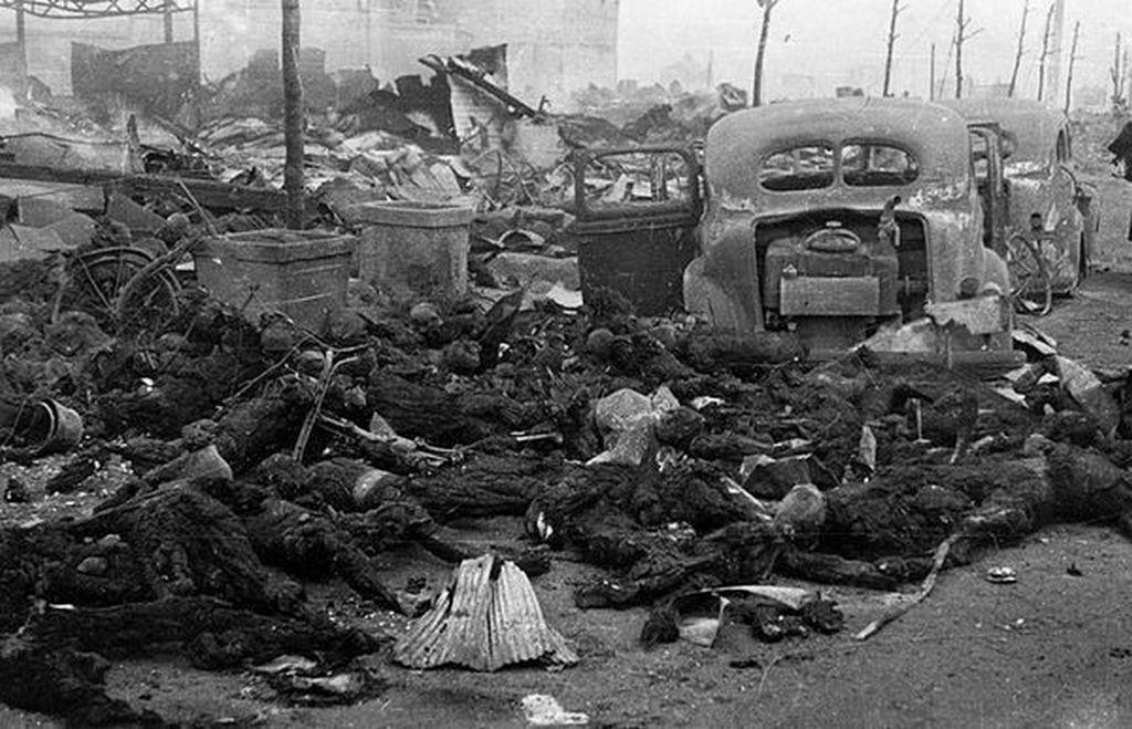 1945_marcius_10_japan_tokioi_lakosok_osszeegett_holttestei_az_amerikai_gyujtobombazas_utan.jpeg