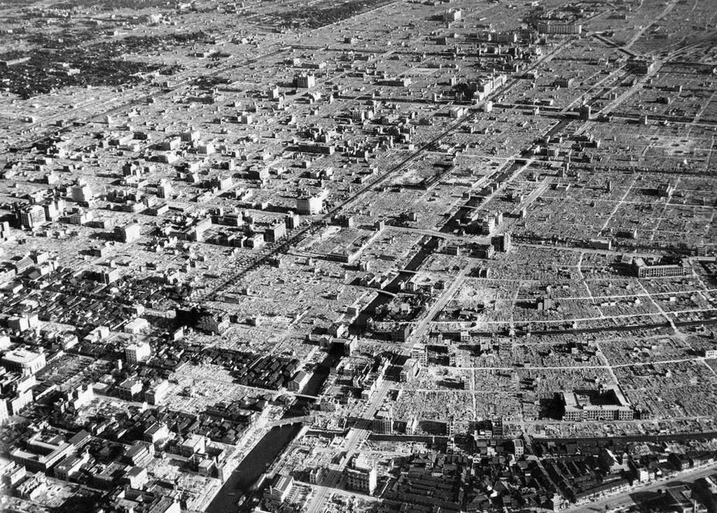 1945_marcius_10_japan_tokioi_pusztitas_az_amerikai_gyujtobombazas_utan_mintegy_330_ezer_haz_semmisult_meg_kb_100_ezer_civil_egett_el_fokent_nok_oregek_es_gyerekek.jpeg