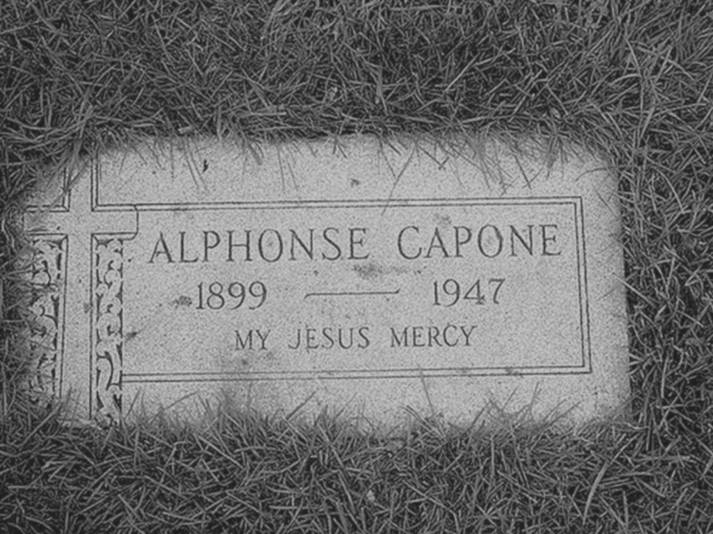 1947_al_capone_sirkove_a_i_temetoben_felirata_jezusom_irgalmazz.jpg
