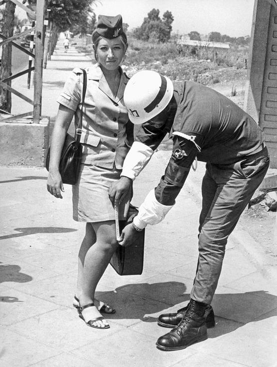 1969_hosszat_meri_a_szoknya_a_hadsereg_valo_megfeleles_chartajat_izrael.jpeg