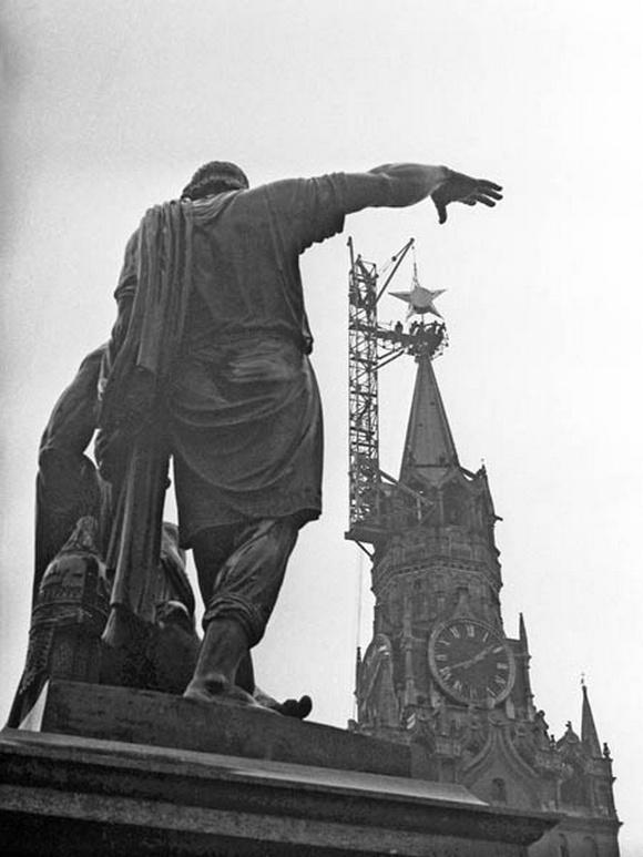 1935_telepitese_a_csillag_a_tornya_a_spasskaya_torony_a_moszkvai_kreml_1935_moszkva.jpeg