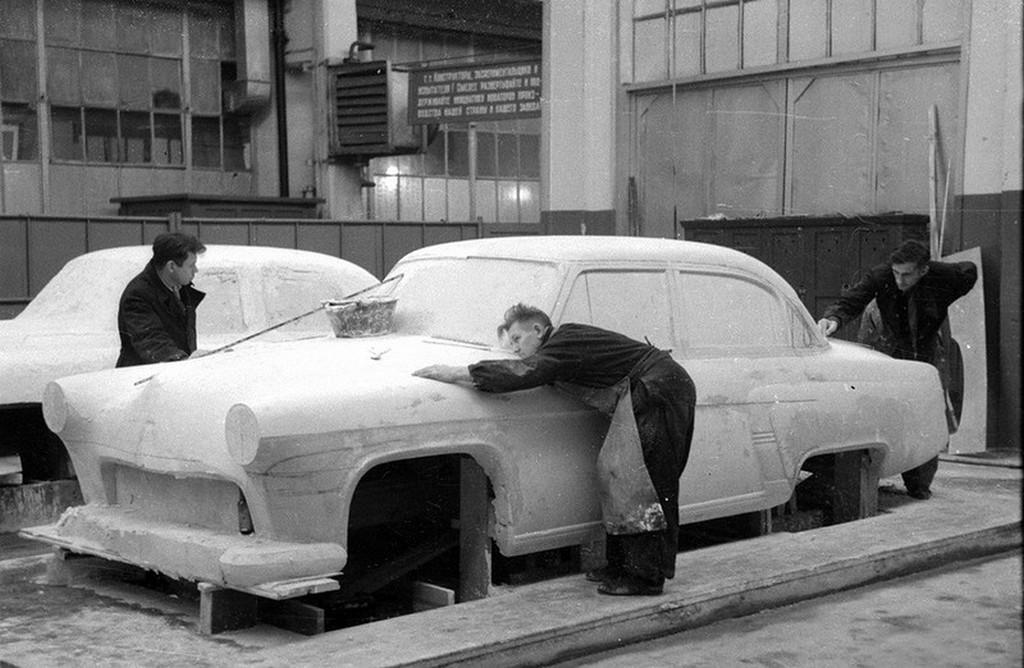 1954_a_munka_az_elrendezes_a_kocsi_gaz-21_volga_a_tervezesi_hivatal_a_gorkij_automobile_plant.jpg