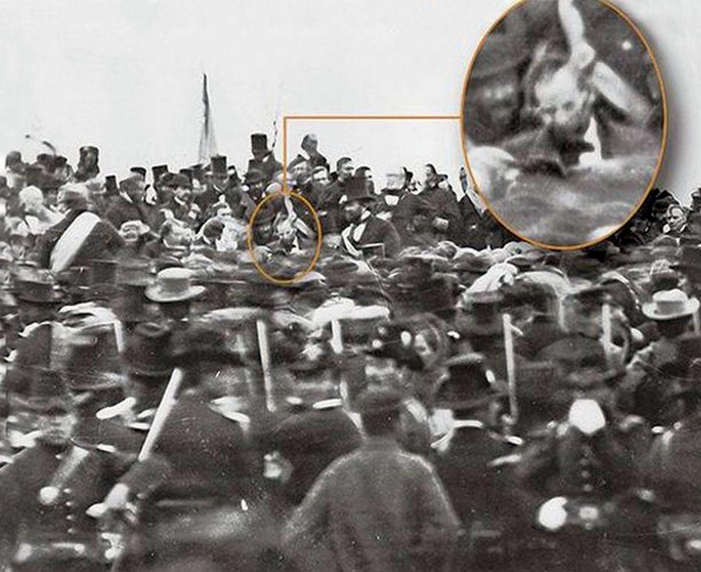1863_az_egyetlen_ismert_foto_ami_abraham_lincolnt_abrazolja_hires_gettysburg-i_beszede_kozben.jpg