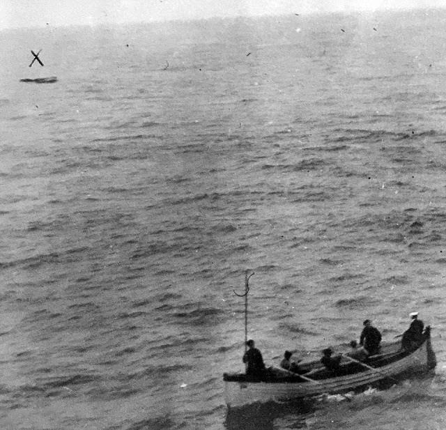 1912_majus_13_a_titanic_legutolsokent_megtalalt_mentohajoja_az_egy_honap_hanykolodas_utan_az_rms_oceanic_altal_felfedezett_csonakban_negy_holttestet_talaltak.jpg