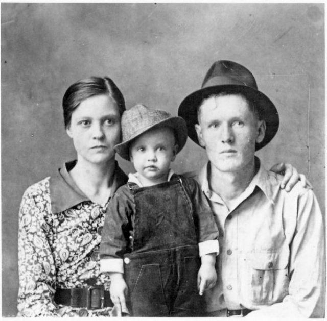 1938_a_legelso_ismert_foto_elvis_presley-rol_szuleivel.jpg