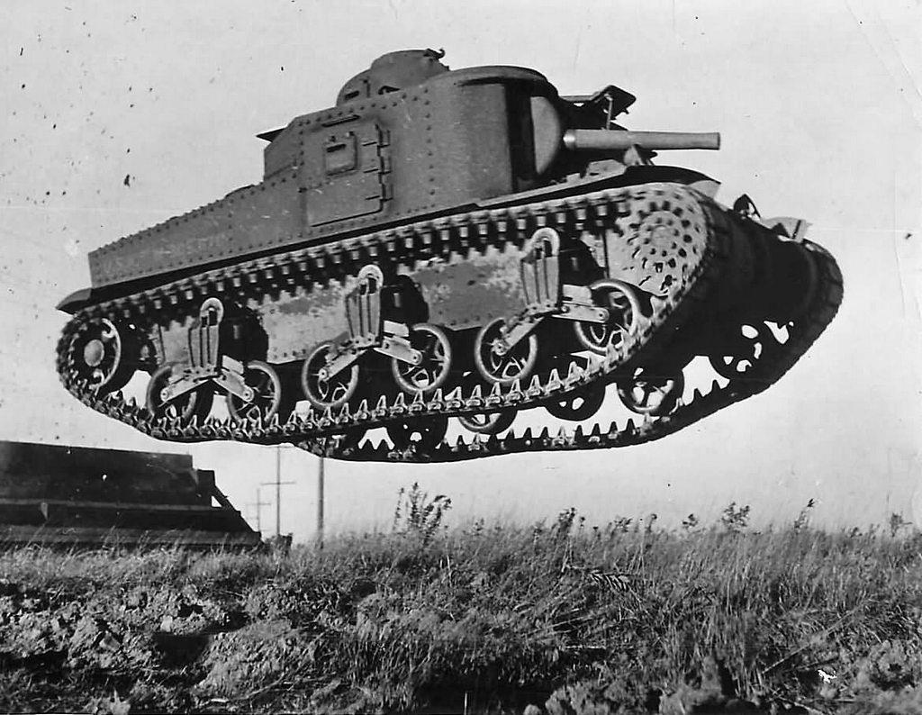 1941_m3_lee_tank_a_ugrat_a_levegoben_egy_bemutaton.jpg