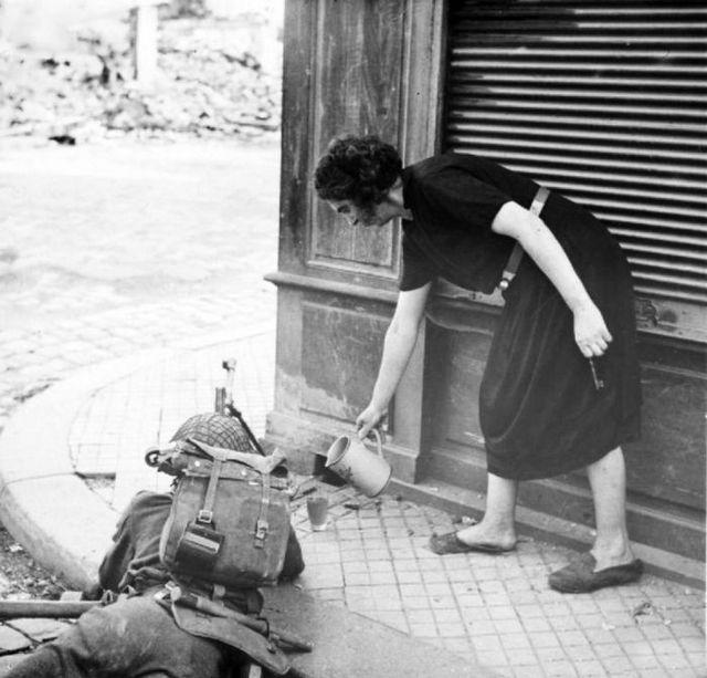 1944_francia_no_kinalja_teaval_a_brit_katonat_harc_kozben_a_normandiai_partraszallas_utani_hetekben.jpg