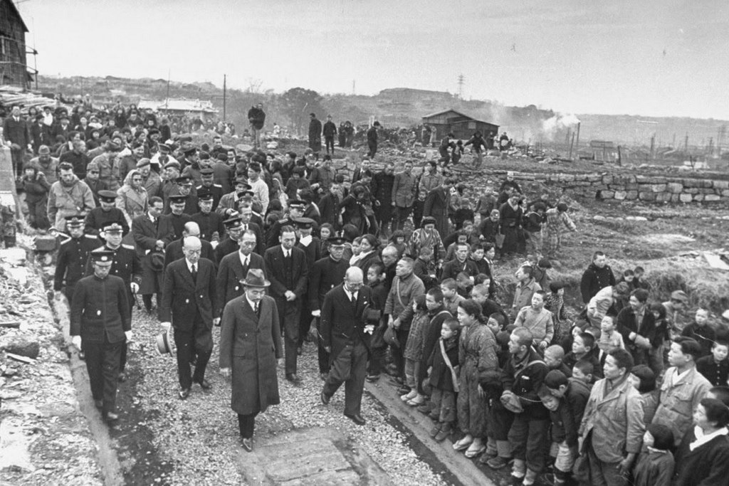 1946_hirohito_japan_csaszar_yokohamaban_during_his_first_visit_to_see_living_conditions_in_the_country_since_the_end_of_the_war.jpg