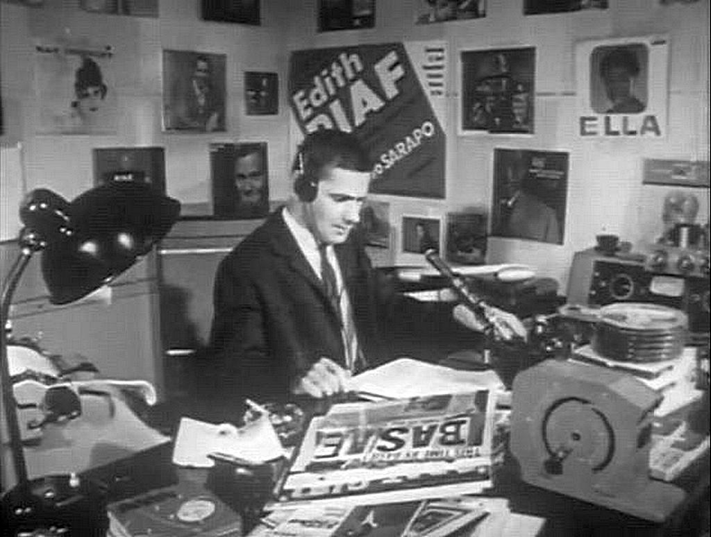 1960_korul_cseke_laszlo_azaz_ekecs_geza_musorvezeto_a_szabad_europa_radio_studiojaban_a_hazankban_tiltott_radioallomas_a_fiatalok_koreben_legnepszerubb_musora_az_altala_vezetett_teenager_party_volt.jpg