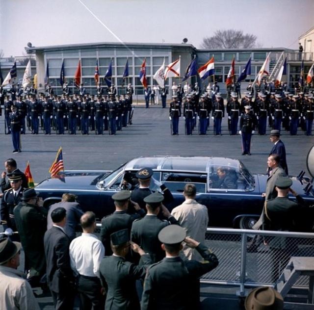 1962_amerikai_elnok_john_f_kennedy_es_a_togoi_koztarsasag_elnoke_sylvanus_olympio_egy_autoban_egyesult_allamok_1962_1963-ban_mind_a_ket_elnokot_meggyilkoltak.jpg