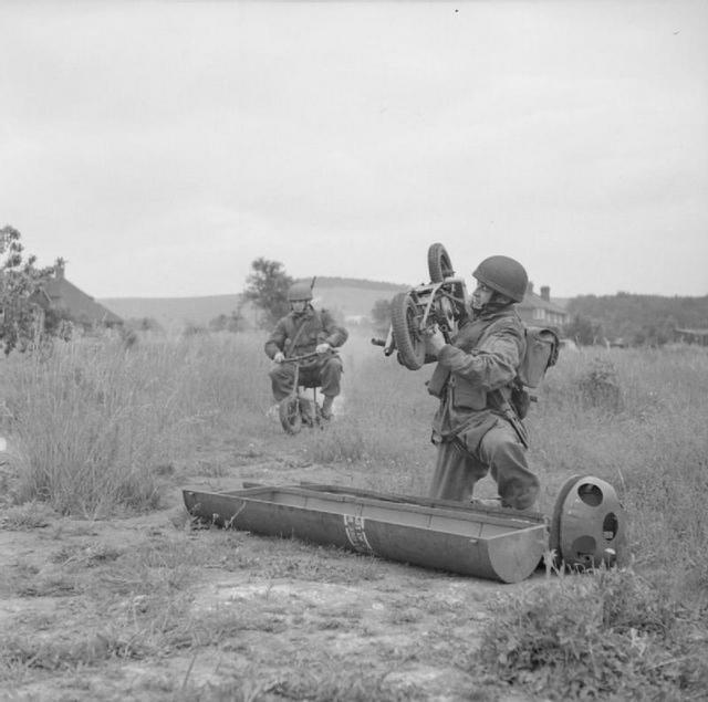 1943_brit_ejtoernyosok_osszegyujti_motorkerekpar_bulford_delnyugat-anglia.jpeg