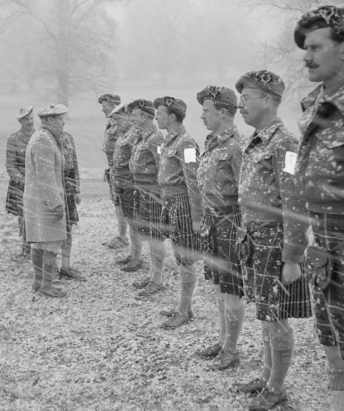 1944_februar_george_vi_ellenorzest_vegzo_tisztviselok_az_5_zaszloalj_a_skot_hegyi_konnyu_lovesz.jpeg