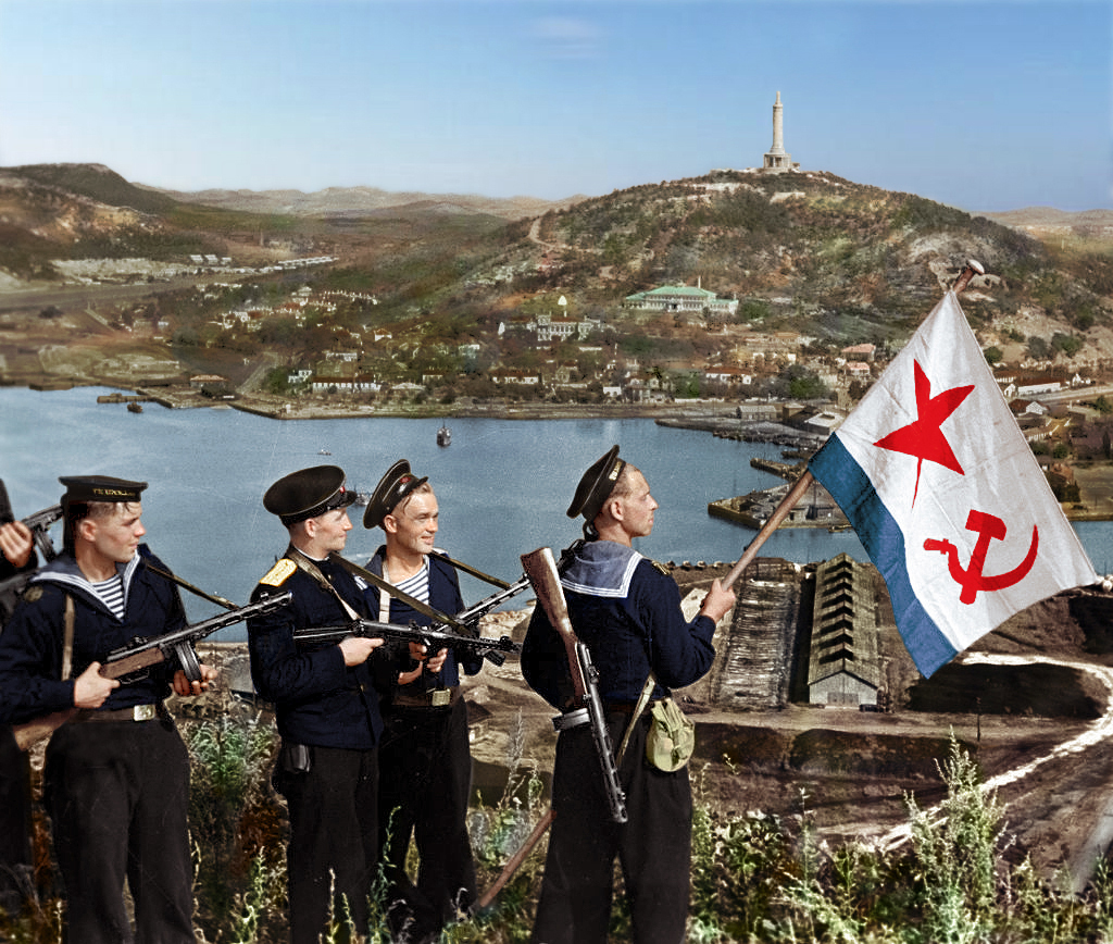 1945_soviet_sailors_raise_the_ussr_s_naval_ensign_over_port-artur.jpg