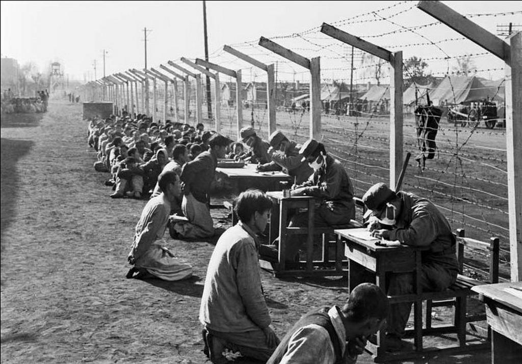 1950_kihallgatas_a_katonai_rendorseg_a_del-koreai_eszak-koreai_hadifoglyok.jpeg