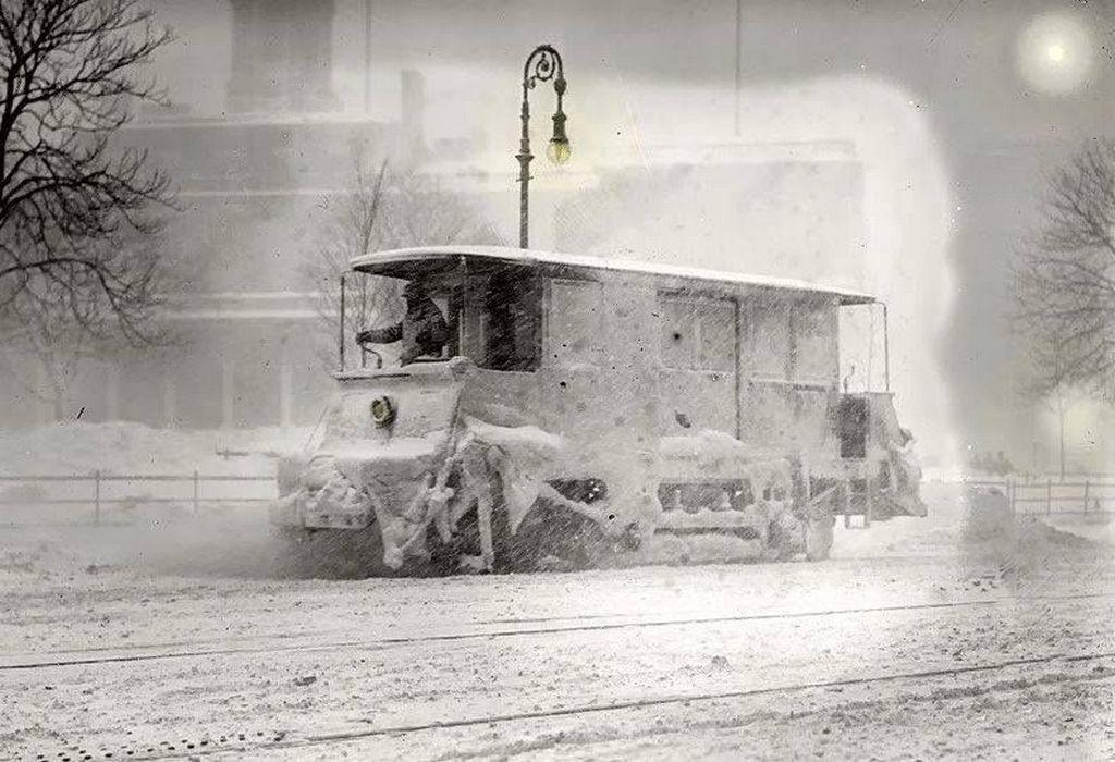 1910_a_new_york_city_trolley_rolls_through_a_snowstorm_in_january.jpg