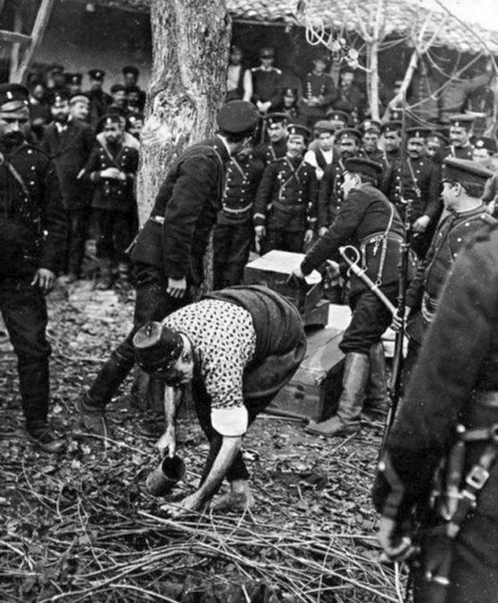 1913_turks_megmossa_labat_az_utolso_ima_mig_a_bolgar_katonak_elokesziti_az_akasztofa_neki.jpg