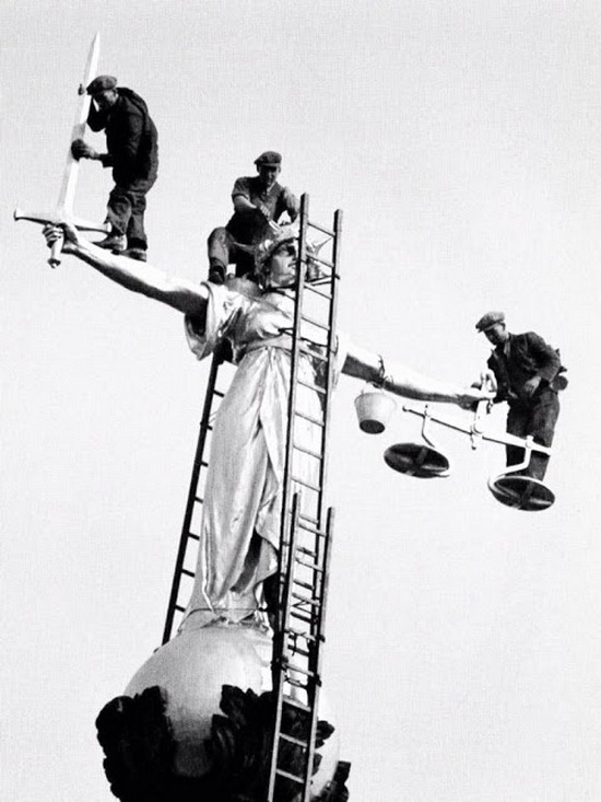 1933_men_at_work_in_precarious_positions_during_the_cleaning_of_justice_over_the_old_bailey_courts_of_justice_london.jpg