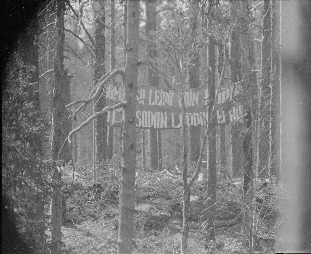 1942_soviet_frontline_propaganda_banner_directed_towards_finns_folytatolagos_haboru.jpg