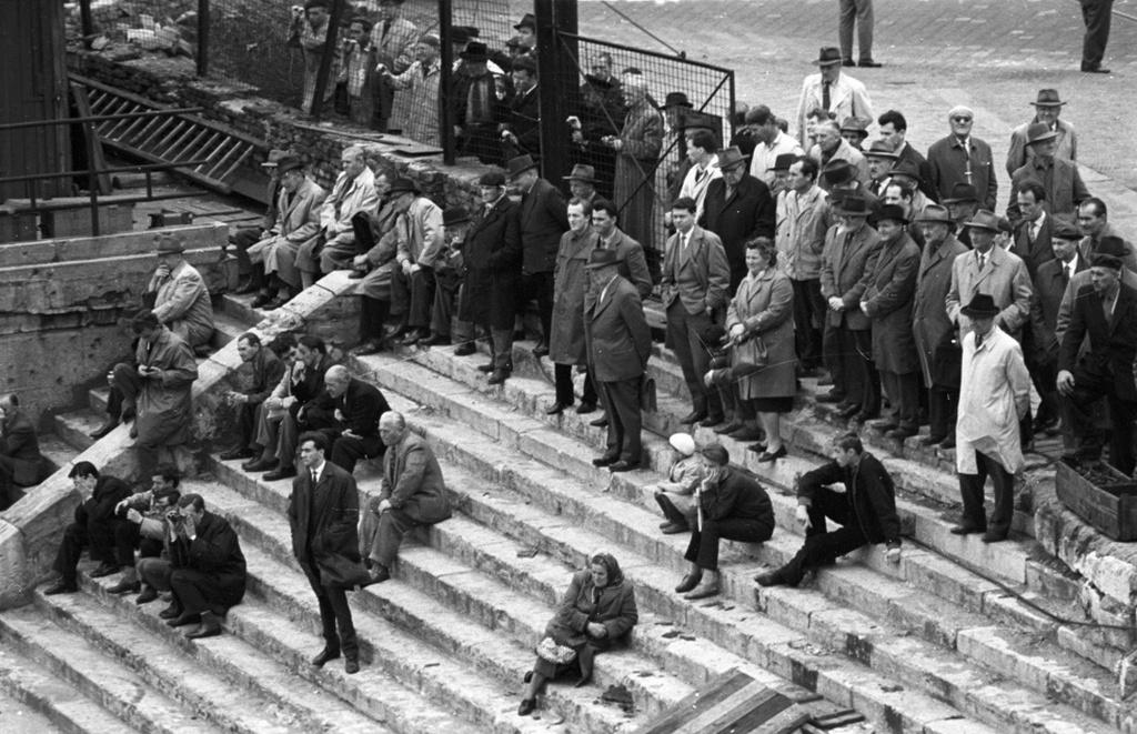 1963_osze_bameszkodok_figyelik_az_erzsebet_hid_epiteset_a_marcius_15_ternel_nagy_gyula_fortepan.jpg