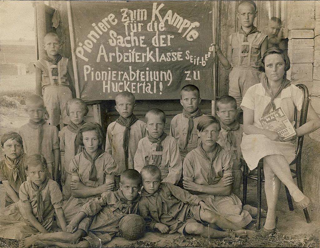 1933_pioneers_assr_np_volga_nemet_autonom_szovjet_szocialista_koztarsasag_1933_o_gukkertal_ussr.jpeg
