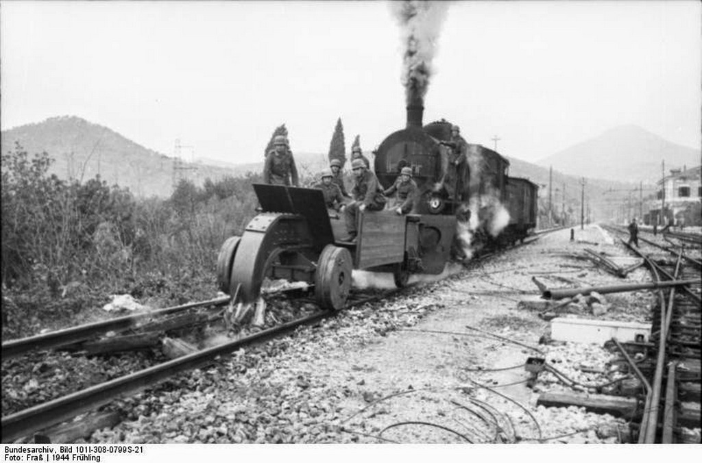 1944_tavasza_a_german_rail_wolf_destroying_rail_tracks_in_italy.jpg