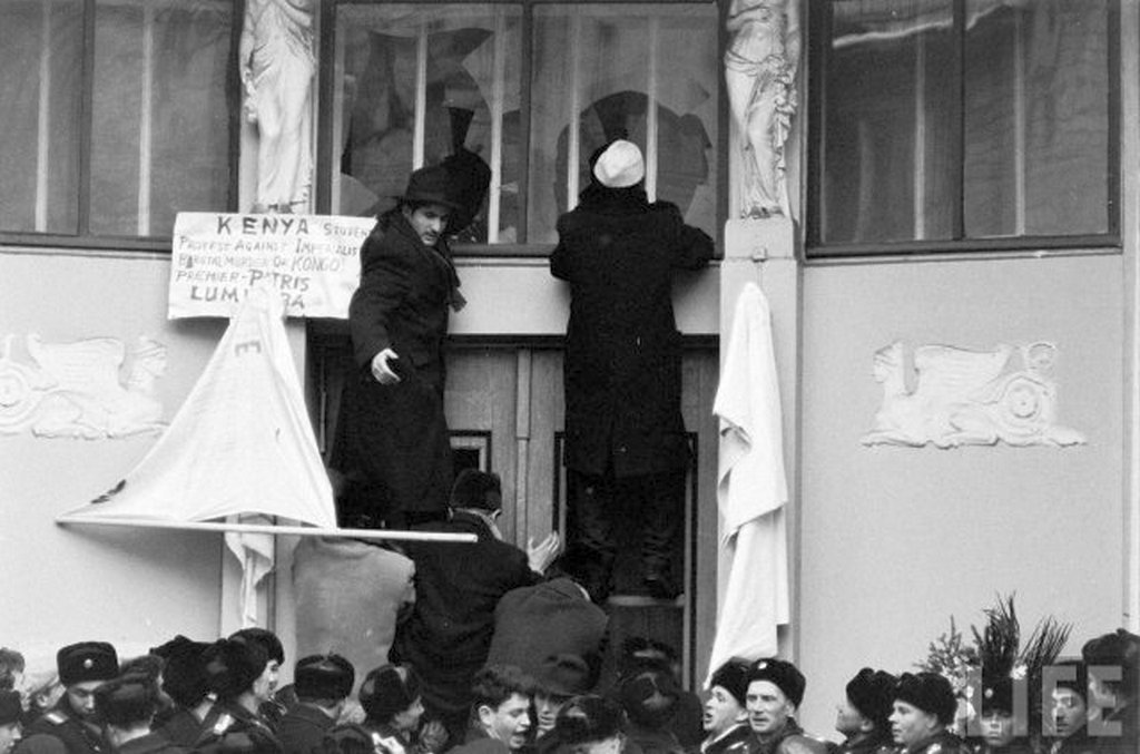 1961_moscow_crowd_attacking_belgian_embassy_in_1961_after_patrice_lumumba_s_murder.jpg