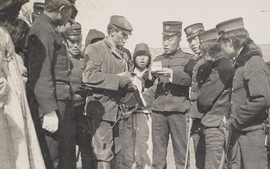 1904_japan_tiszt_ellenorzi_a_dokumentumokat_jack_london_megszallt_korea.jpeg